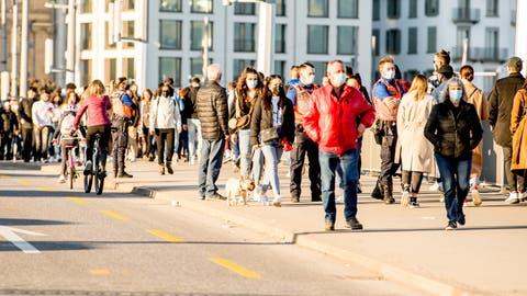 Passanten auf der Seebrücke am vergangenen Sonntag. (Bild: Nadia Schärli (Luzern 21. Februar 2021))