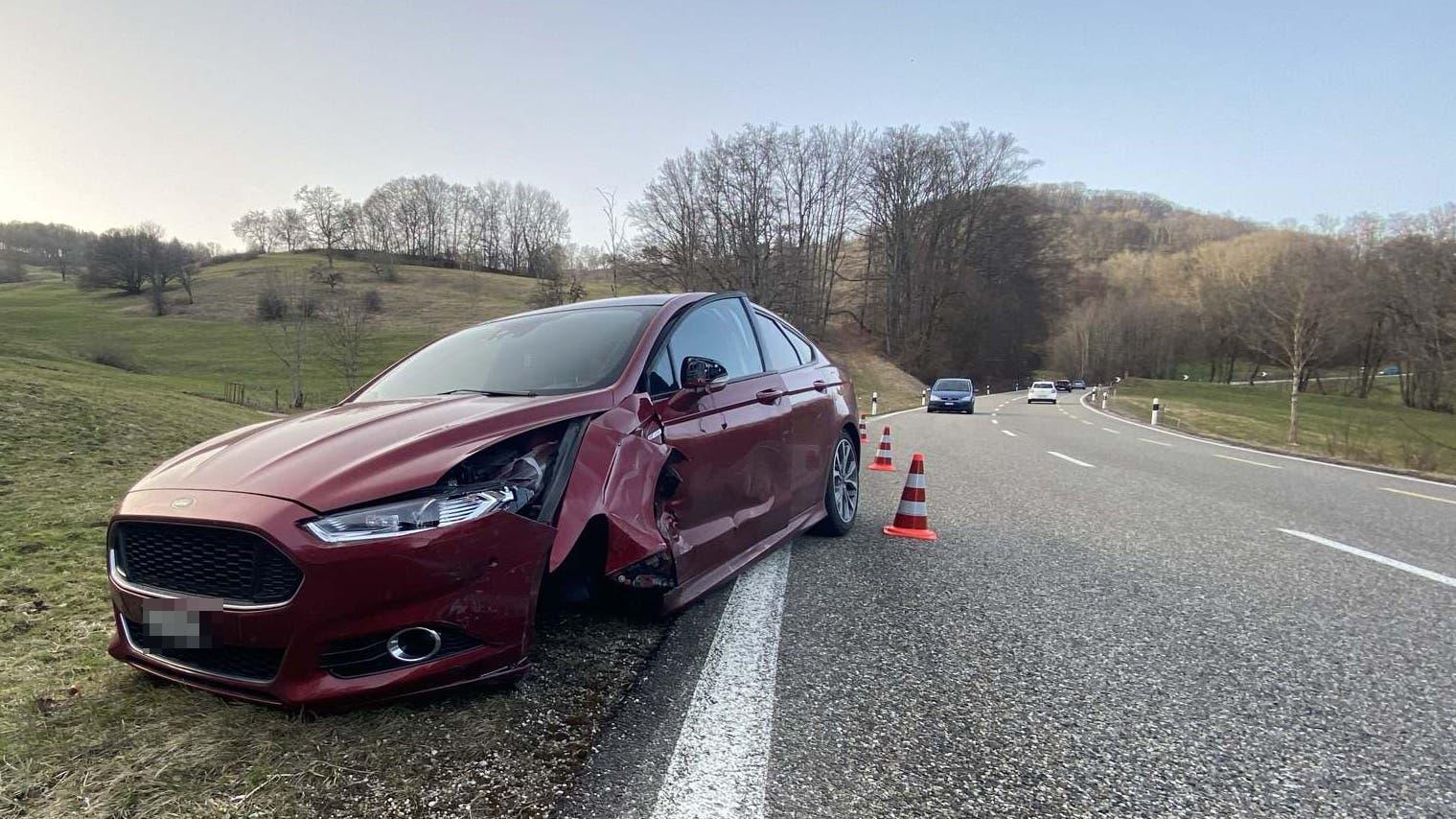 Küttigen AG, 24. Februar 2021: Ein Autofahrer verlor die Kontrolle über sein Auto und kam von der Strasse ab. Vier Autos wurden dabei beschädigt, verletzt wurde niemand.
