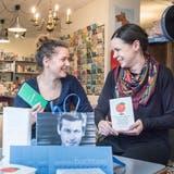 Die Buchtage-Organisatorin Katharina Alder mit ihrer MitarbeiterinLenea Magri in der Buchhandlung Klappentext. (Bild: Andrea Stalder (Weinfelden, 26. Februar 2020))