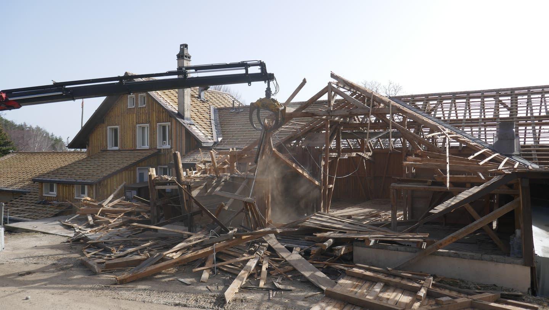Jetzt geht es vorwärts: Für den Umbau des Gasthofes Roggen ob Oensingen werden erst einmal einige Gebäude abgerissen. (Bruno W. Heiniger)