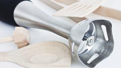 In vielen Küchen vorhanden: Stabmixer und Kochlöffel. (Bild: PD)