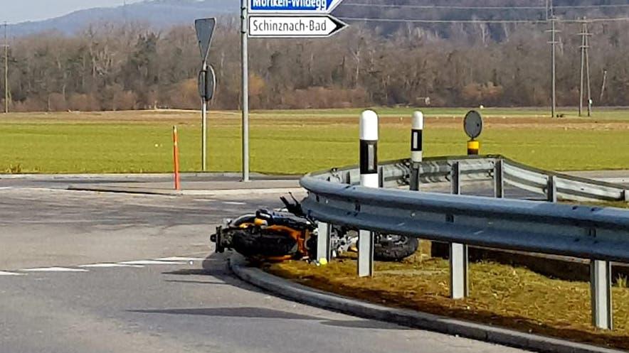 Schinznach AG, 24. Februar 2021: Eine Autofahrerin nahm einem Motorrad den Vortritt im Grastöcknikreisel und fuhr ihn an. Er wurde leicht verletzt, das Motorrad erlitt Schaden.