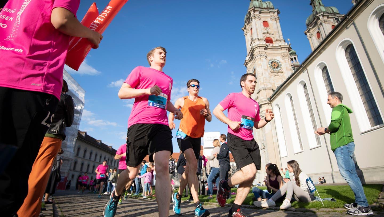 Teilnehmerinnen und Teilnehmer des sechstenSt.Galler Auffahrtlaufs auf dem Klosterplatz. (Bild: Ralph Ribi (30.5.2019))