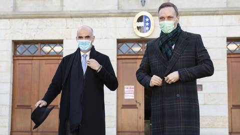 SP-Bundesrat Alain Berset (links) und SVP-Regierungsrat Jean-Pierre Gallatiam Donnerstag vor dem Aargauer Grossratsgebäude in Aarau. (Keystone)