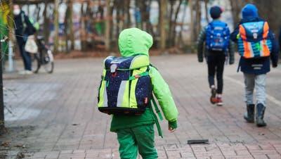Kinder starten nicht mit den gleichen Voraussetzungen ins Schulleben. (Keystone)
