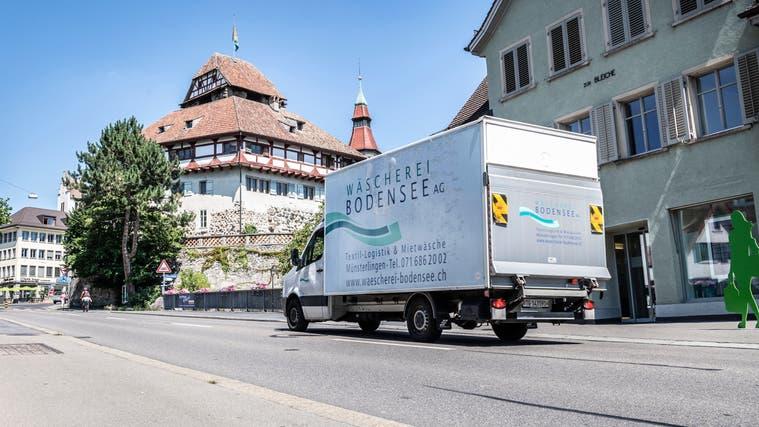Ein Lieferwagen fährt durch das Frauenfelder Stadtzentrum. (Bild: Andrea Stalder(20. Juli 2020))
