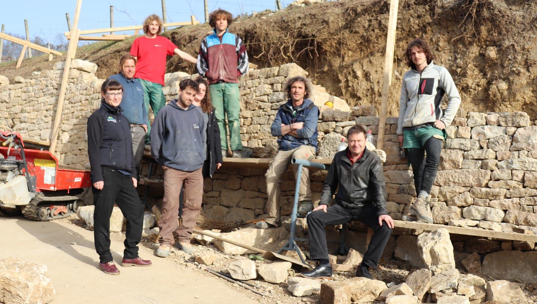 Das Team von Markus Müller Gartenservicemit Chef Markus Müller (Dritter von rechts), Landschaftsarchitekt Felix Naef (Zweiter von rechts) und Anna Hoyer, stellvertretende Geschäftsleiterin vom Jurapark Aargau (ganz links). (Bild: Maja Reznicek)