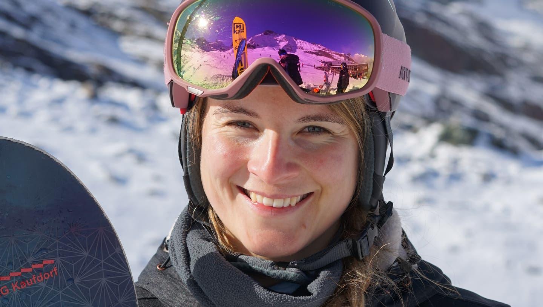 Sitzt oft im Rollstuhl, fährt aber Snowboard: Romy Tschopp. (Stiftung Denk am mich)