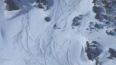 Hier springt eine Schweizerin mit einem langen 360 von einem Felsen und gewinnt die Freeride-Welttournee