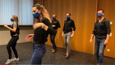 Zuger Polizei kann noch einmal mit der Jerusalema-Challenge brillieren – jetzt im Fernsehen