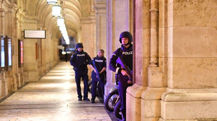 Polizisten kontrollieren nach dem Attentat in Wien eine Passage in der Nähe der Oper. (Joe Klamar / AFP (Wien, 2. November 2020))