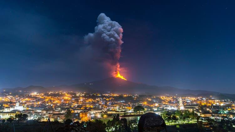 Bis zu 700 Meter hohe Lava-Fontänen spuckte der Ätna in der Nacht auf Donnerstag in den Himmel. (AP)