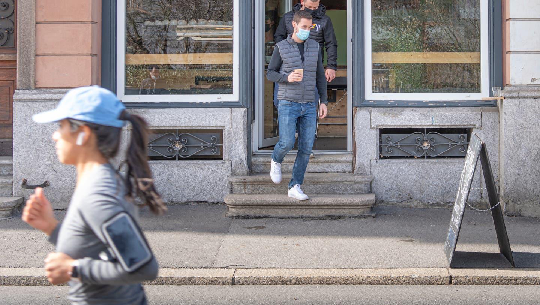 Zwei Kunden verlassen das CaféTacuba nahe der Luzerner Allmend. Das Café bietet seine Getränke zum Mitnehmen an. (Bild: Pius Amrein  (Luzern, 26. Februar 2021))