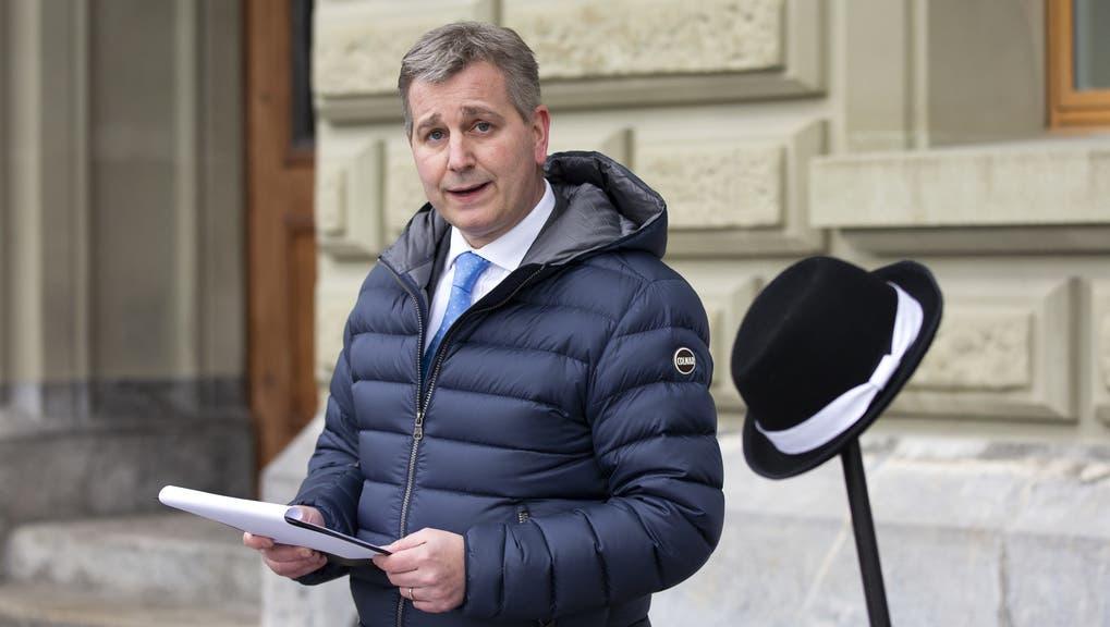 Auf scharfem Oppositionskurs: SVP-Präsident Marco Chiesa spricht bei der Einreichung von zwei Petitionen vor einem Berset-Hut als «Gessler-Hut». (Keystone/Peter Klaunzer (Bern, 15. Februar 2021))
