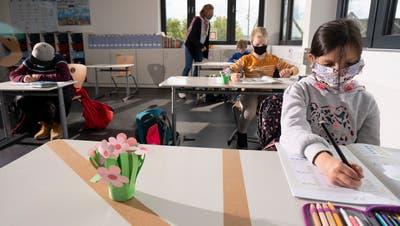 Auch die Kinder sind in Zeiten von Corona von Massnahmen betroffen. Im Kanton Luzern gilt ab der fünften Klasse vorerst noch eine Maskenpflicht. (Symbolbild: Hans Christian Plambeck / LAIF)