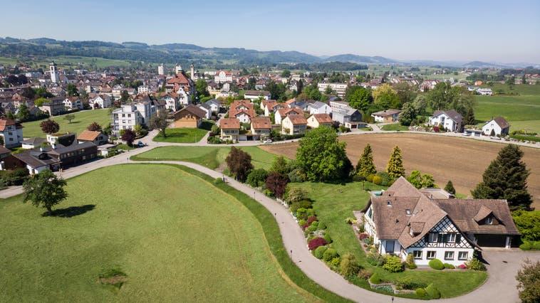 Schweizweit sind die Preise von Wohneigentum über das letzte Jahr hinweg stark gestiegen. (Bild: Ralph Ribi)