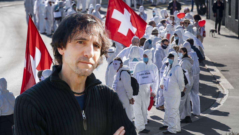 Bild vom Protestmarsch des Vereins «Stiller Protest» gegen die Corona-Massnahmen in Wohlen. Kantilehrer Markus Häni (links) neben anderen Rednern. (André Albrecht)