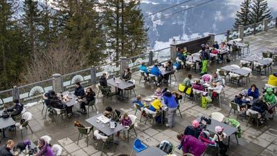 Ab Montag kann hier auf dem Brunni in Engelberg nicht mehr auf der Terrasse gegessen werden. (Keystone)