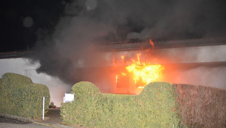 Einfamilienhaus gerät in Brand — Bewohnerin bleibt unverletzt