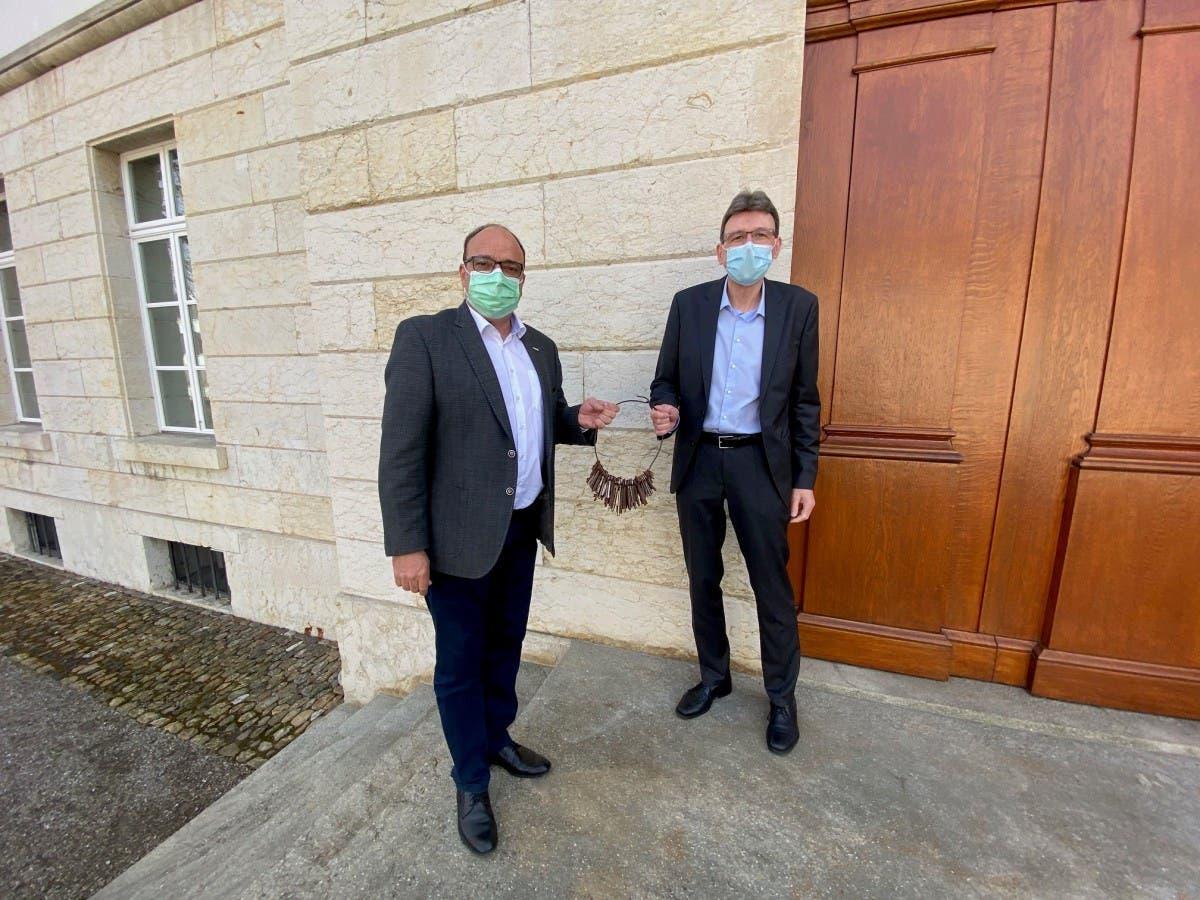 Bauherr Dr. Markus Dieth übergibt symbolisch einen Schlüsselbund an Regierungsrat Dieter Egli und das Nutzerdepartement DVI.