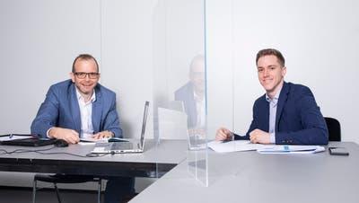 Steuertelefon mit Lukas Kretz ( BDO AG, Aarau, links) und Silas Rohner (VZ VermögensZentrum, Aarau) während der Steuer-Hotline. Die Maske wurde nur fürs Bild abgenommen. (Britta Gut)