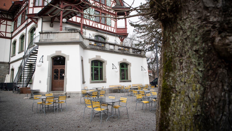 Die Tische und Stühle bleiben leer – seit Wochen. (Bild: Ralph Ribi)