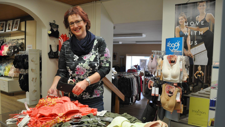 Sie freut sich auf die Wiedereröffnung: Gerda Wiederkehr, Geschäftsführerin des Dessousladens Lady in Wohlen. (Bild: Nathalie Wolgensinger)