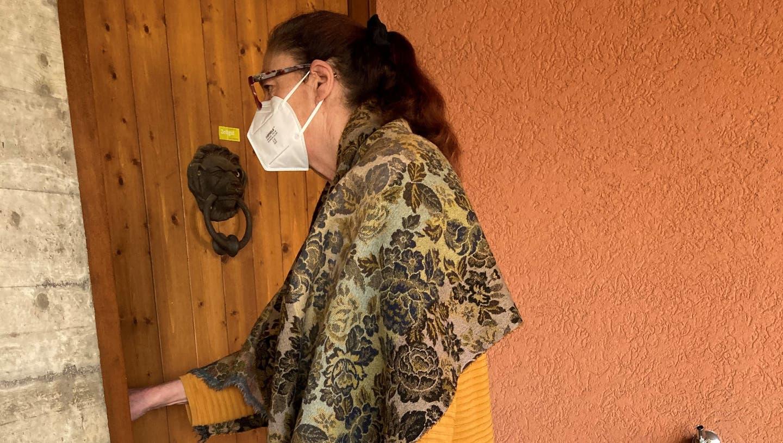 Regula Schärli, Geschäftsführerin der Genossenschaft Zeitgut, bringt einer auf Hilfe angewiesenen Person eine Einkaufstasche mit Esswaren nach Hause. (Bild: PD)