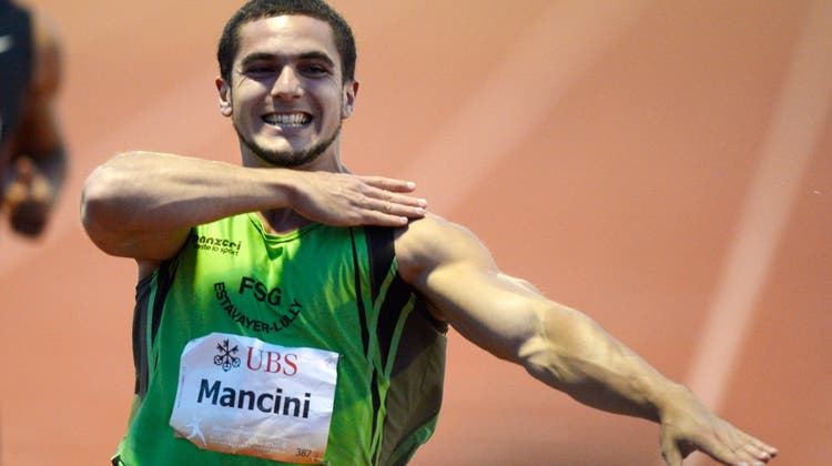 An den Schweizer Meisterschaften der Leichtathletik 2014 in Frauenfeld: Pascal Mancini jubelt mit dem Quenelle-Gruss. (Keystone)