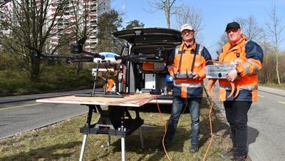 Marcel Maurer (links) und Allen Rohrbach holen mit Drohne und Kralle Krähennester aus den Bäumen. (Nadine Böni / Aargauer Zeitung)