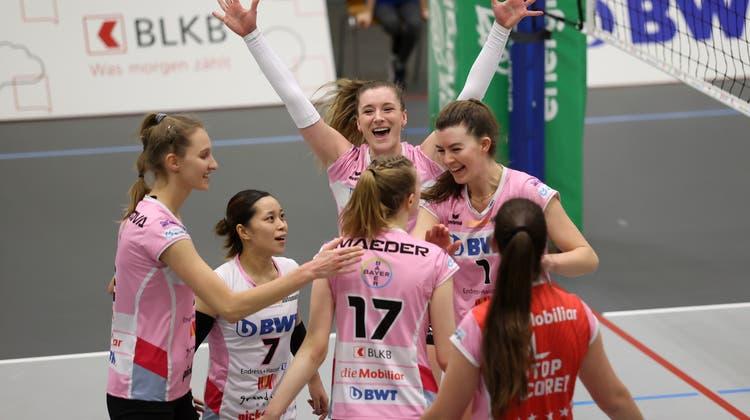 Die Spielerinnen von Sm'Aesch Pfeffingen freuen sich über den Halbfinal-Einzug. (Archiv/Edgar Hänggi)