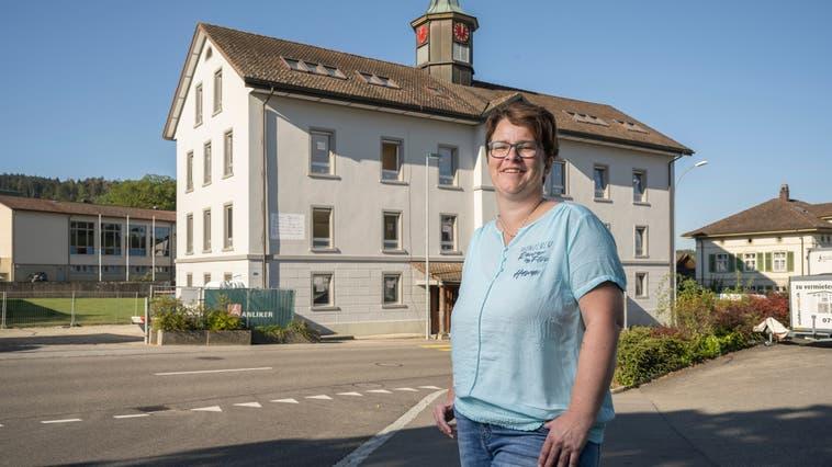 Andrea Kuzma, Frau Gemeindeammann von Dürrenäsch, im August letzten Jahres vor dem frisch renovierten Schulhaus. (Alex Spichale (20.08.2020))