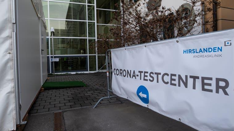 Der Eingang zum Testcenter der HirslandenAndreasklinikin Cham. (Bild: Stefan Kaiser (26. Februar 2021))