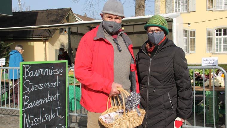 Kurt Mathys verabschiedet sich nachüber 40 Jahren von seiner Kundschaft in Brugg. Er verteilt Anis-Gebäck, das seine ehemalige Angestellte Rosmarie Müller aus Windisch (rechts) produziert hat. (Bild: Claudia Meier)