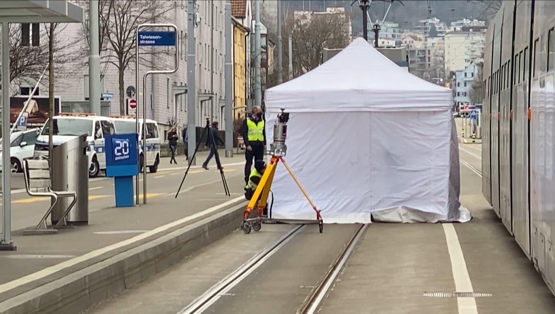 Fussgänger stirbt nach Kollision mit Tram – Polizei sucht Zeugen