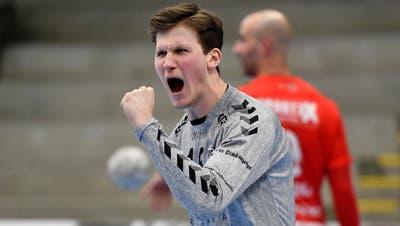 HSC-Trainer Misha Kaufmann (l.) und sein Assistent Tom Reichmuth feiern in Kriens einen 25:21-Sieg. (Bild: Freshfocus)