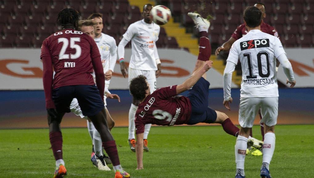 Miroslav Stevanovic trifft akrobatisch zum 2:1 und leitet den Sieg für sein Team ein. (Keystone)