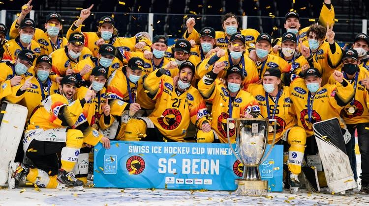 Die SCB-Spieler jubeln mit dem Pokal über den Cupsieg. (Bild: Claudio Thoma / Freshfocus(Zürich, 28. Februar 2021))
