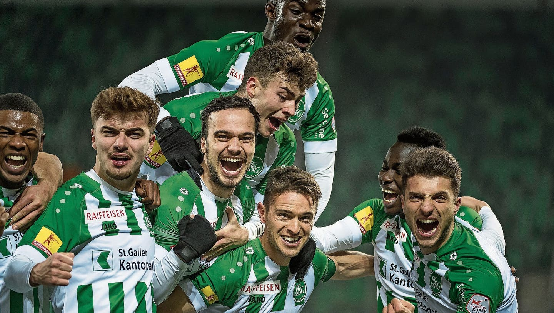 Der Sieg ist den St.Gallern nicht mehr zu nehmen, strahlende Gesichter nach dem 3:0 durch Jordi Quintillà. (Bild: Michel Canonica)