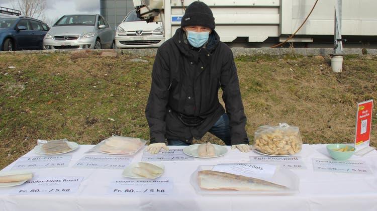 Anstehen für tiefgekühlten Fisch: der Rampenverkauf in Münchenstein. (Tobias Gfeller)