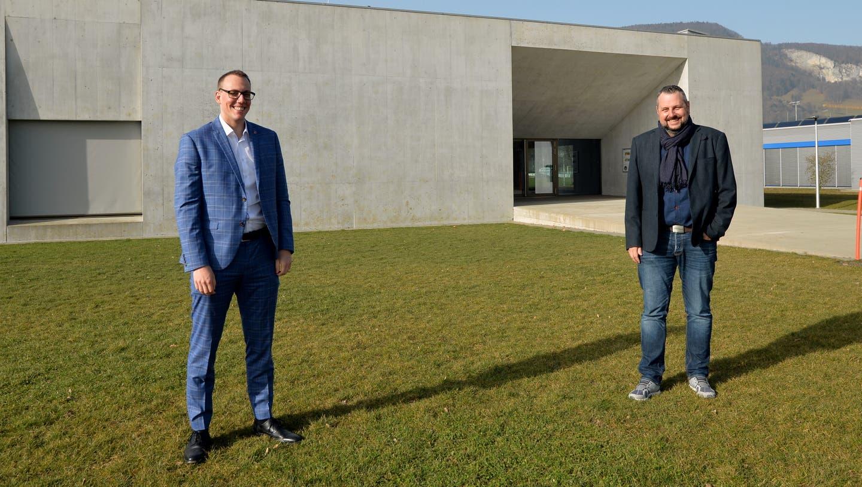 Gemeindepräsident Fabian Gloor und Bauverwalter Andreas Affolter vor der Oensinger Sportstätte, wo bald eine Solarstromanlage entstehen könnte. (Hans Peter Schläfli)