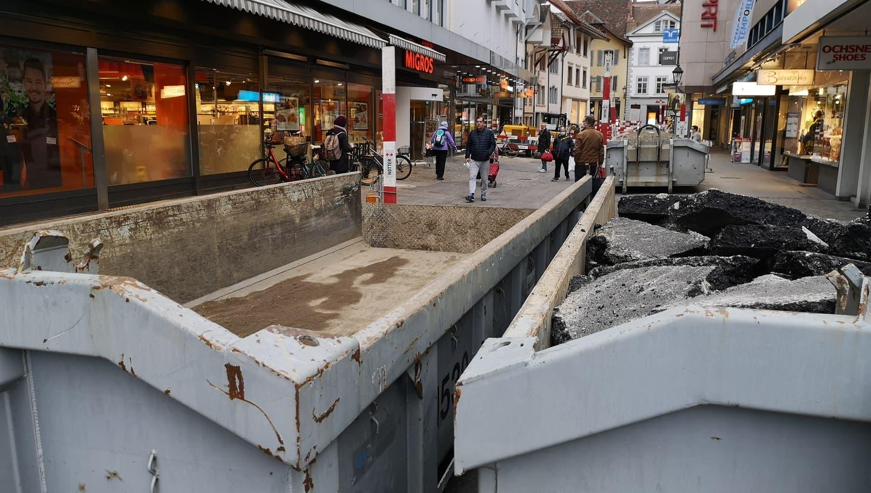 Einbau der Pflästerung an der Mgiros Igelweid in Aarau (Urs Helbling / Aargauer Zeitung)