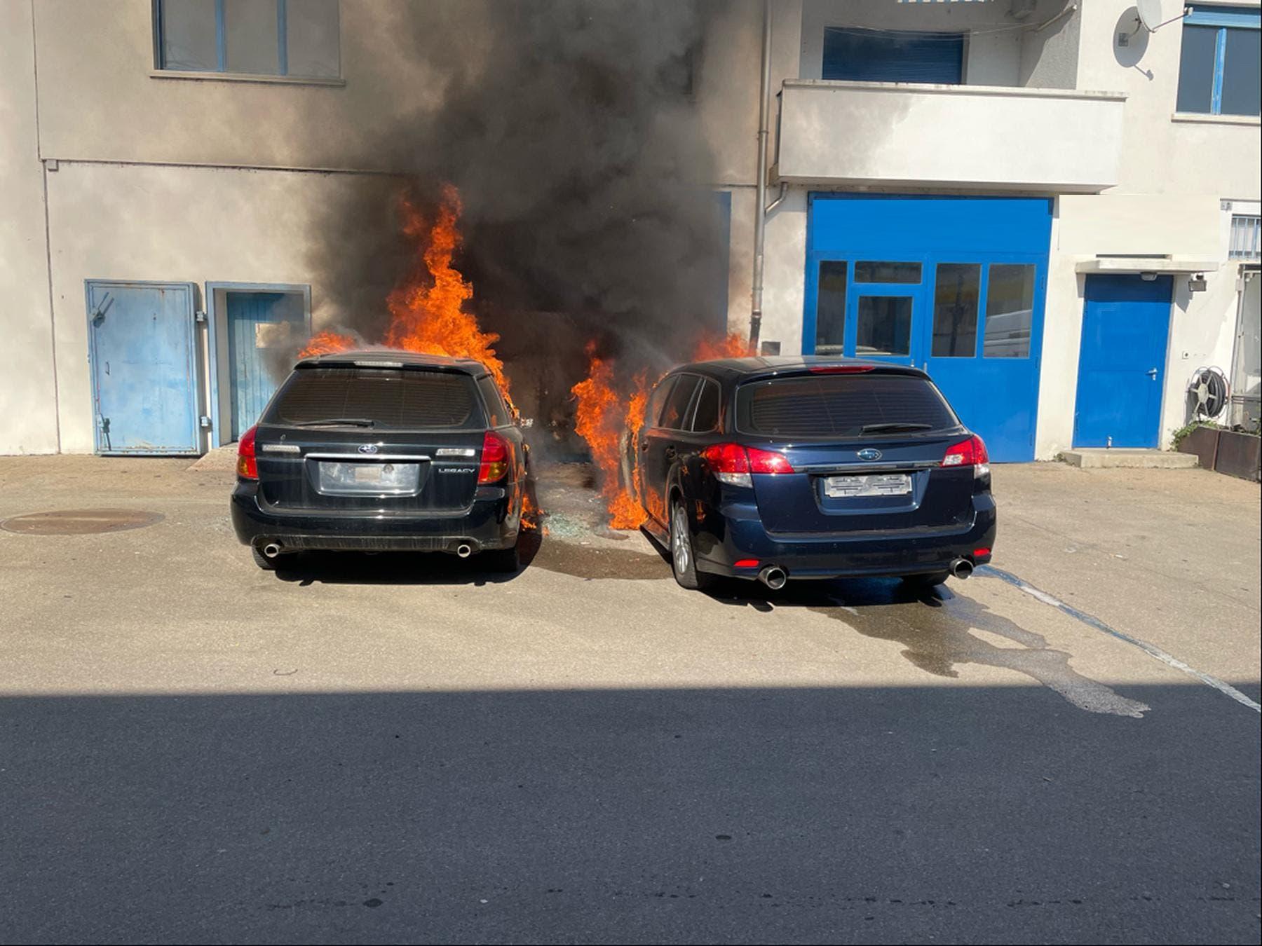 Aesch BL, 28. Februar 2021: Auf einem Garagenvorplatz gerieten zwei parkierte Personenwagen in Brand. Personen wurden keine verletzt.