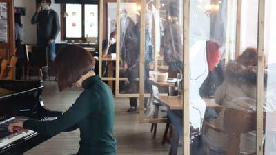 Hinter Plexiglaswänden sind Hotelgäste sogar beim Einspielen (hier die Pianistin Giulia Greco) mit dabei. (Bild: PD (Samstag, 27. Februar 2021))
