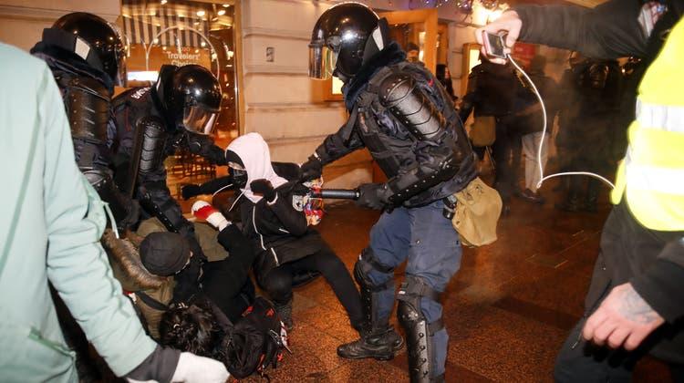 Die Polizei ging am Dienstagabend hart gegen Demonstranten vor. (Dmitri Lovetsky / AP)