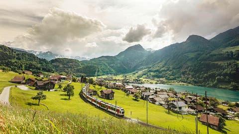 Eine «Adler»-Komposition der Zentralbahnauf der Brünigstrecke. Solche Züge sollen künftig auch zwischen Luzern und Engelberg verkehren. (Bild: PD (Lungern, 12. Juni 2018))