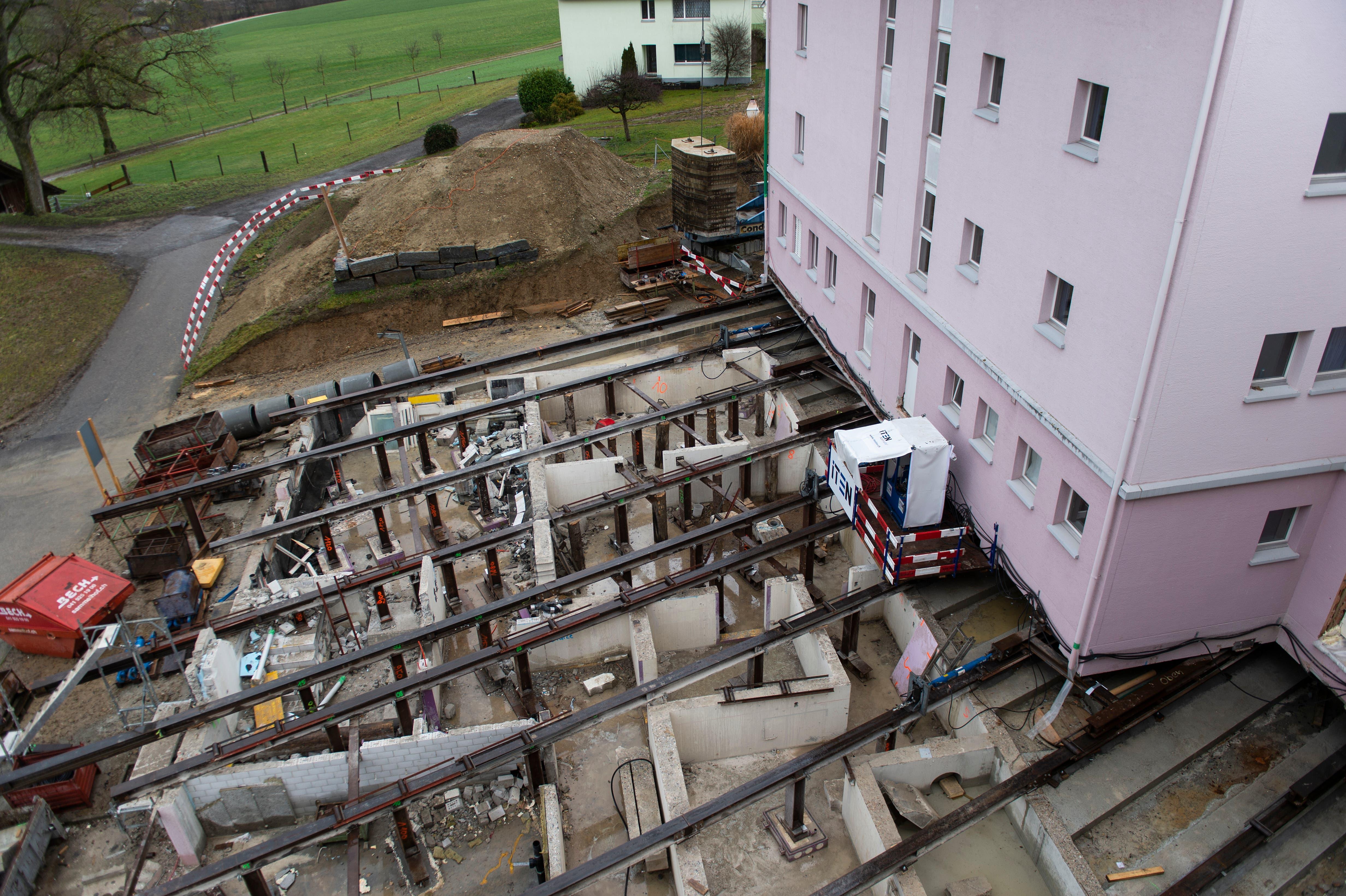 Auf Verschiebbahnen geht das Gebäude auf eine 27 Meter lange Reise.