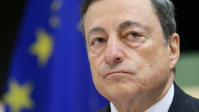 «Super-Mario» Draghi soll es richten: Staatspräsident Mattarella will den ehemaligen EZB-Chef mit der Bildung einer Regierung der nationalen Einheit beauftragen. (Olivier Hoslet / EPA)