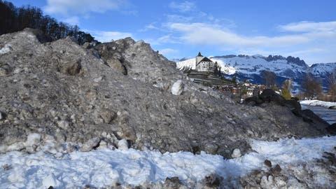 Ein kleiner Ausschnitt des riesigen Schneedepots auf dem Marktplatz. (Bild: Heini Schwendener)