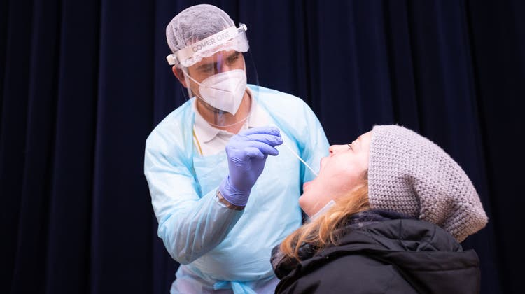 Coronatest in St. Johann: Tirol droht, zum zweiten Mal zum Virus-Hotspot zu werden. (Expa/Johann Groder / APA/APA)